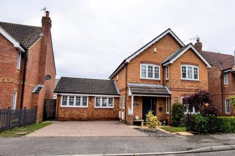 4 bedroom detached house for sale - Holly Drive, Aylesbury