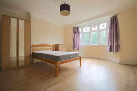1 bedroom in a house share to rent - Cricklade Avenue, London