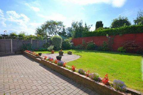 4 bedroom detached bungalow for sale - Richmond Drive, Shepperton, Middlesex, TW17 9EB