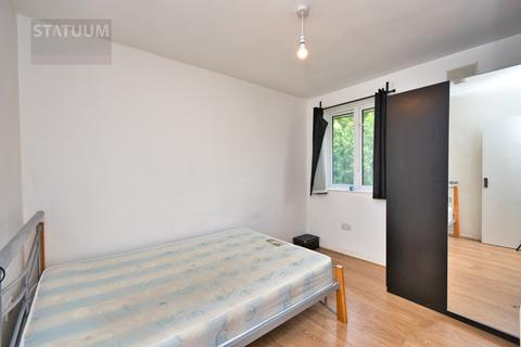 1 bedroom in a flat share to rent - Elizabeth Close,  London, E14