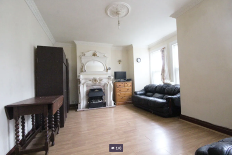 2 bedroom flat to rent - Forest Road, E17