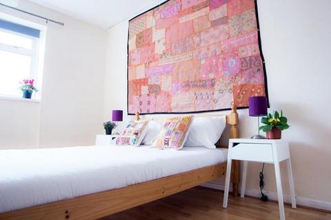 3 bedroom flat to rent - Hawthorne House, Churchill Gardens, London
