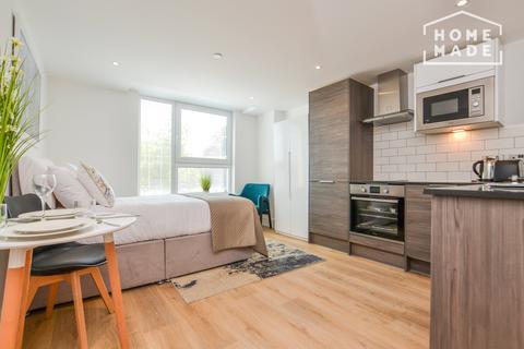 Studio to rent - Avion Court, London Road, Crawley, RH10