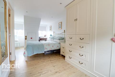 4 bedroom terraced house for sale - Sheringham Avenue, Romford