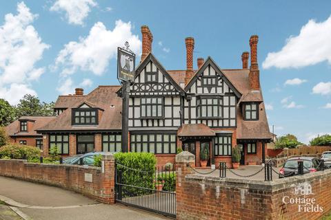 3 bedroom flat for sale - Chimneys Lodge, Forty Hill Enfield, EN2 - Stunning Three Bedroom Three Bathroom Apartment.
