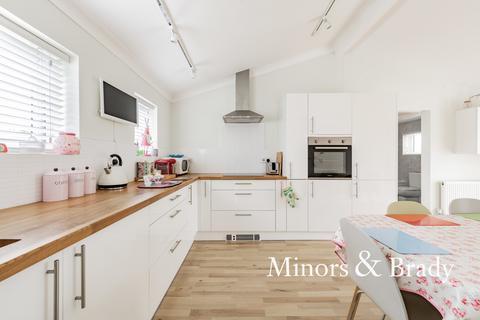 3 bedroom detached bungalow for sale - Blofield Corner Road, Blofield Heath
