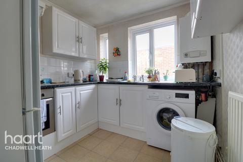 2 bedroom flat for sale - High Road, Romford