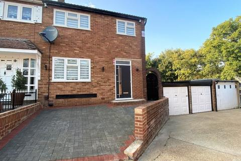 3 bedroom end of terrace house for sale - Greenbank Close, Romford