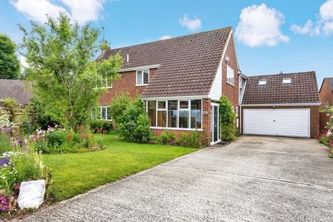4 bedroom village house for sale - Meadow Close, Oakley