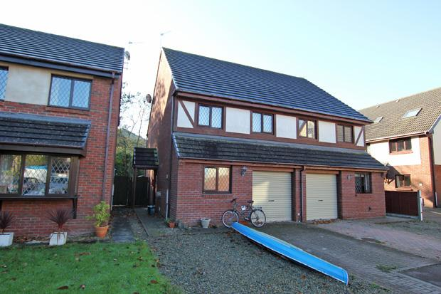 3 Bedrooms Semi Detached House for sale in Llys Holcwm, Ferryside, Carmarthenshire