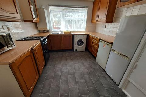 3 bedroom maisonette to rent - Bounces Rd , N9