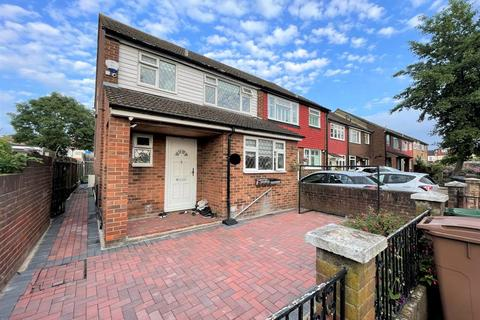 3 bedroom terraced house to rent - Field Close, London E4