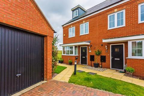 4 bedroom semi-detached house for sale - Bobbins Way, Buckingham