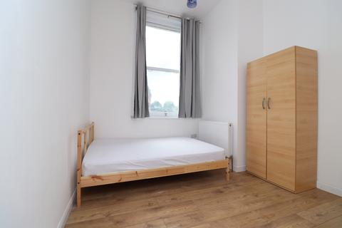 1 bedroom in a flat share to rent - Mile End Road, Stepney Green, London E1