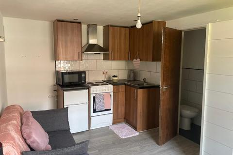 Studio to rent - 29 Cross Flatts Crescent, LEEDS LS11
