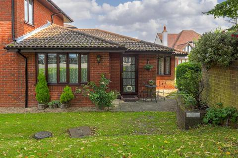 1 bedroom semi-detached bungalow for sale - Oakmead Green, Epsom