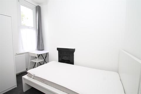 1 bedroom in a house share to rent - Spencer Avenue, Palmer Green, London N13