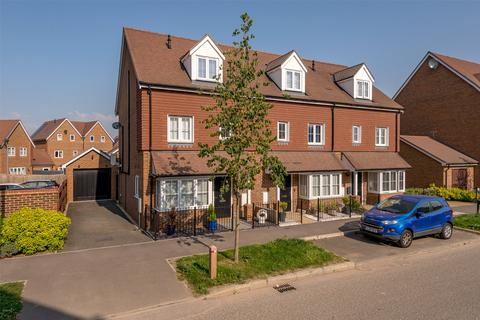 4 bedroom end of terrace house for sale - Webber Street, Horley, RH6