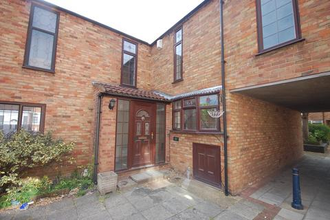 3 bedroom house to rent - Beeston Courts, Basildon, SS15