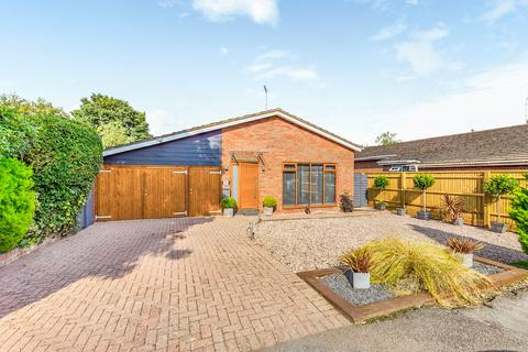 3 bedroom detached bungalow for sale - Manor Farm Close, Weston Turville