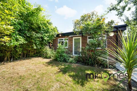 2 bedroom detached bungalow to rent - Durnsford Road, Bounds Green, N11