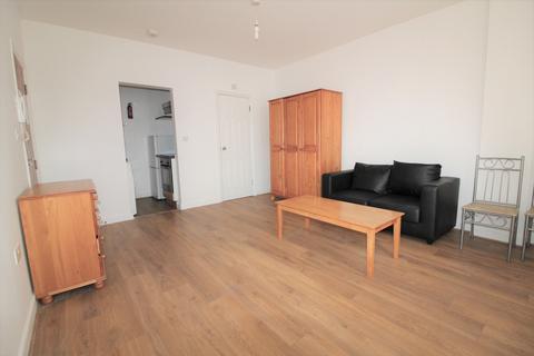 Studio to rent - North Circular Road, Palmers Green, N13