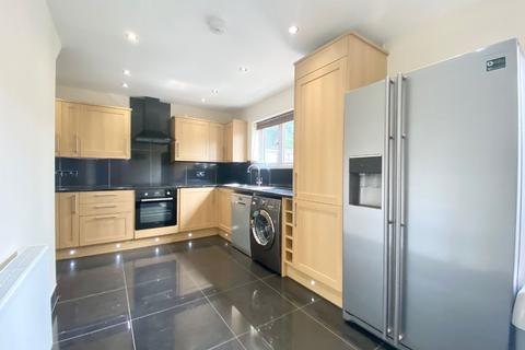 4 bedroom semi-detached house to rent - Ruskin Gardens, Romford