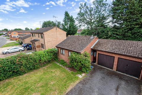 2 bedroom bungalow for sale - Grimsbury,  Oxfordshire,  OX16