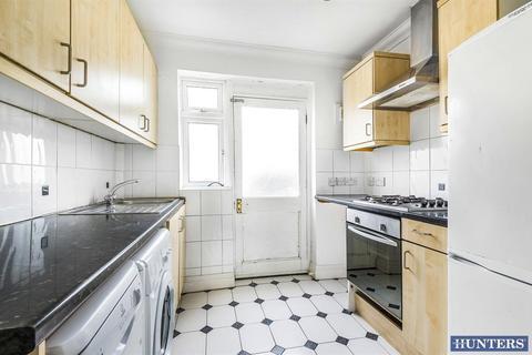 3 bedroom flat for sale - Geddy Court, Harehall Lane, Gidea Park, RM2 6BE