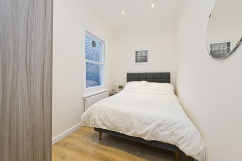 1 bedroom in a house share to rent - Charleville road, W14