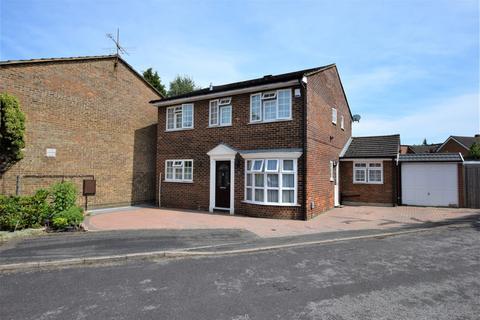 4 bedroom detached house for sale - Minley Close, Farnborough