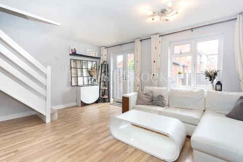 3 bedroom semi-detached house for sale - Savage Gardens, Beckton, E6