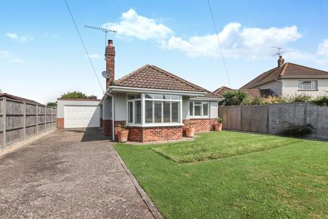 2 bedroom detached bungalow for sale - Somerset Road, Ferring, Worthing, BN12 5QA