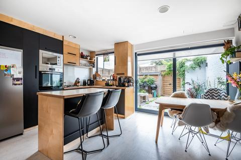 3 bedroom end of terrace house for sale - Combe Avenue London SE3