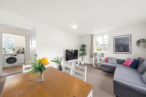 2 bedroom flat for sale - Mayford Close, SW12