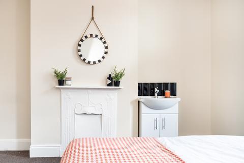 5 bedroom townhouse to rent - 20 Burchett Grove, Woodhouse, Leeds, LS6 2JA