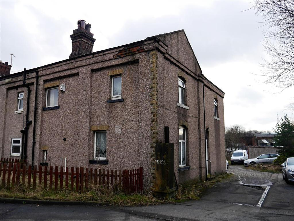 3 Bedrooms Town House for sale in Gas House Yard, Oakenshaw, Bradford, BD12 7BD