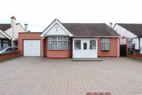 2 bedroom detached bungalow for sale - Breamore Road, Ilford, Essex, IG3