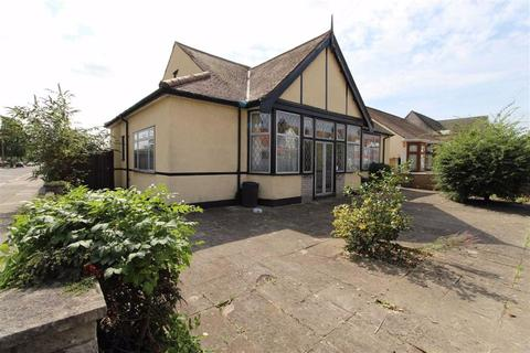 5 bedroom detached bungalow for sale - Breamore Road, Ilford, Essex, IG3