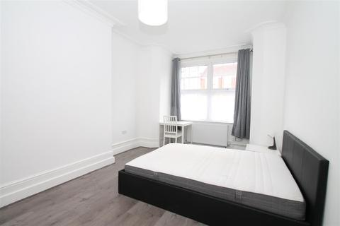 1 bedroom in a house share to rent - Spencer Avenue, Palmers Green, London N13