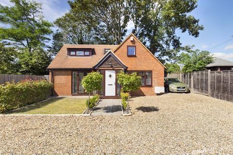 2 bedroom detached house for sale - Old Post Lodge, Risborough Road, Aylesbury, Stoke Mandeville