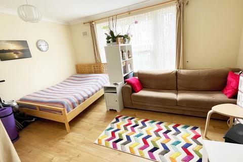 Studio to rent - Clarence Road
