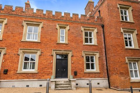 2 bedroom terraced house to rent - Wellesley Road London SE18