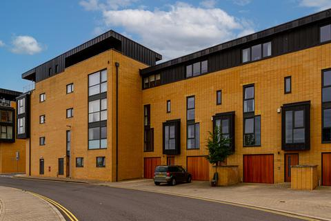 5 bedroom townhouse for sale - Empire Way, Cardiff