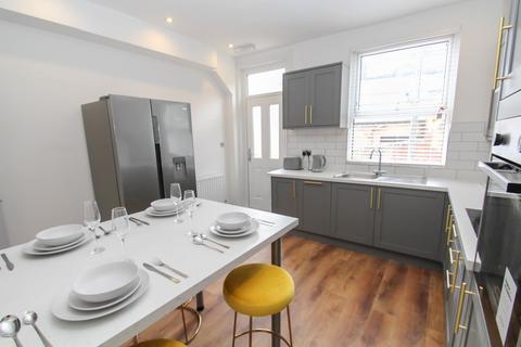 6 bedroom end of terrace house to rent - Beechwood View, Burley