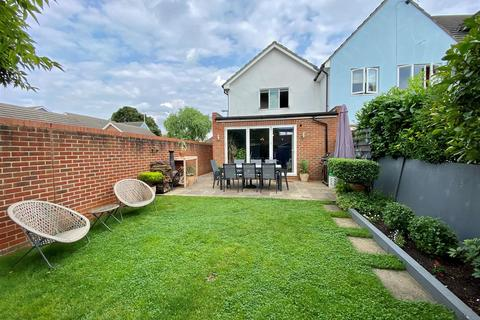4 bedroom house to rent - Chandlers Close, West Molesey