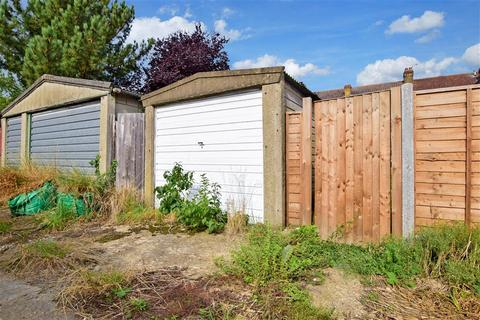 3 bedroom terraced house for sale - Bawdsey Avenue, Ilford, Essex