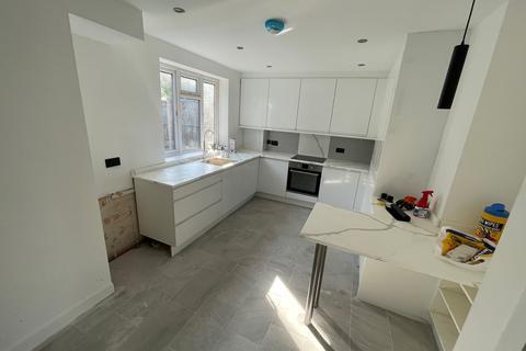 3 bedroom ground floor maisonette to rent - Bygrove Street , Poplar  E14