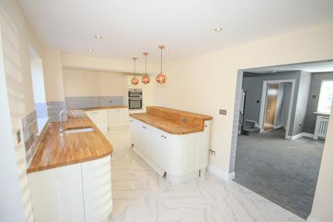 4 bedroom detached house for sale - Swanstree Avenue, Sittingbourne