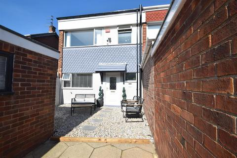 3 bedroom end of terrace house for sale - Mendip Close, North Shields